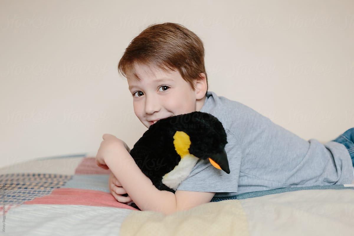 Nene con pinguino
